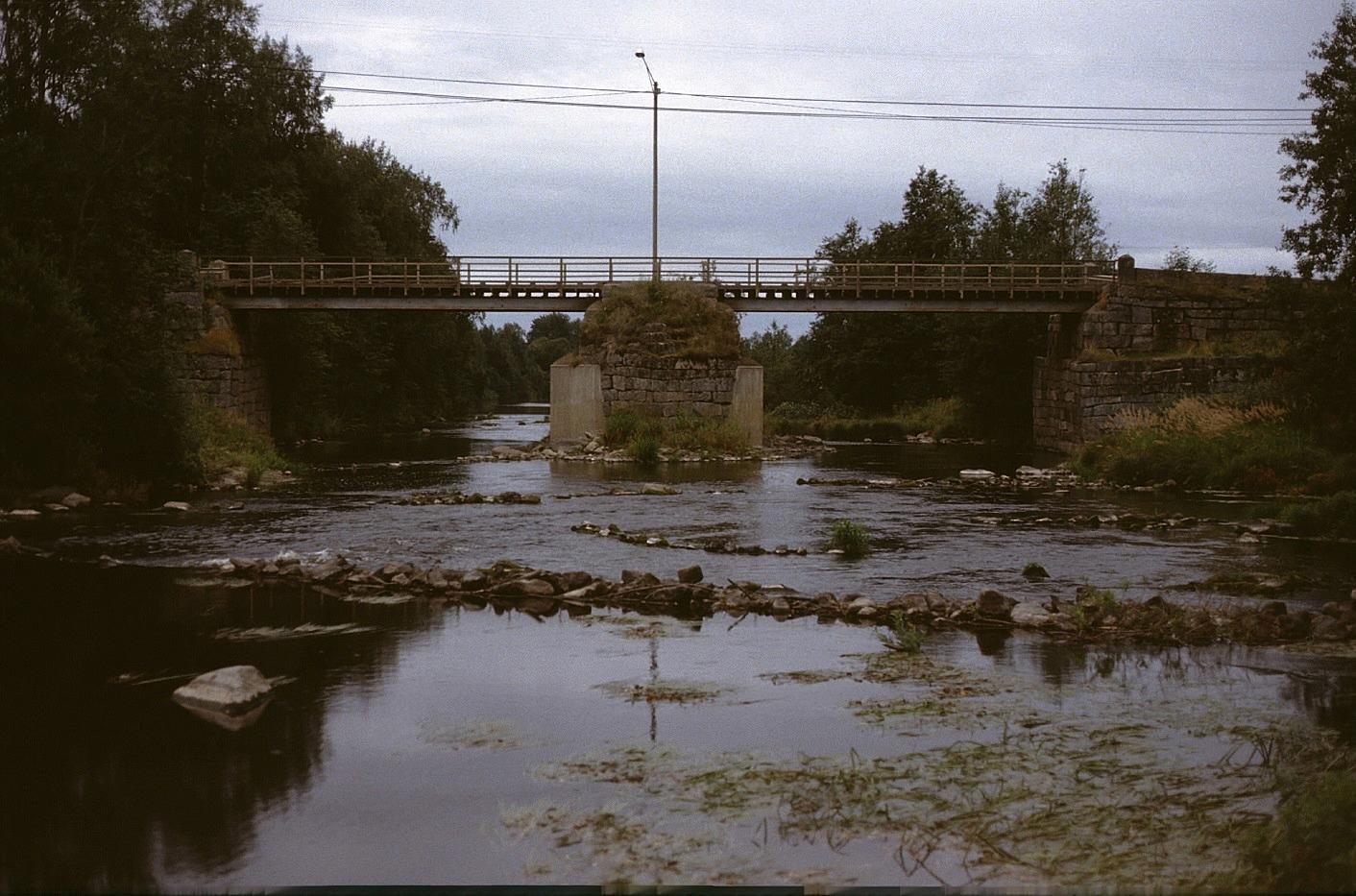 Så här såg Storbron ut år 1983 från nordost före den revs. Här ser vi hur isklyvaren hade förstärkts med betong några år innan.