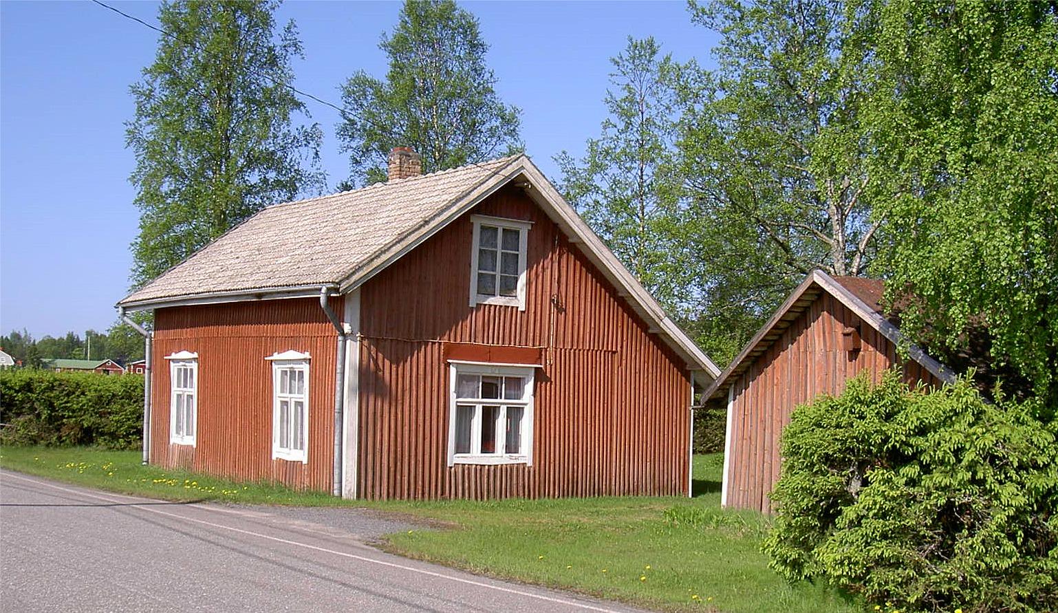 """Nils Klemets föräldrahem """"Skräddarinas"""" låg nära Åbackvägen. Nils var son till skräddaren Johannes Klemets (1889-1944) och Matilda (f. Björklund 1892-1975)."""