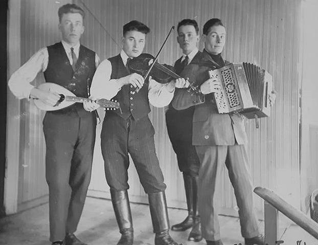 Här en grupp musiker hemma hos Johannes Myllyniemi, själv står han längst bak. Mannen till vänster är Heikki Välimäki medan de två andra är okända.