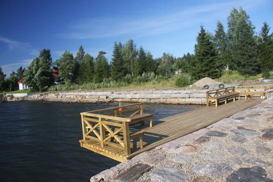 Det krävs öga och precision för att åstadkomma dylika kajer av kilade stenar. Fotot är från Inre faret i Kristinestad.