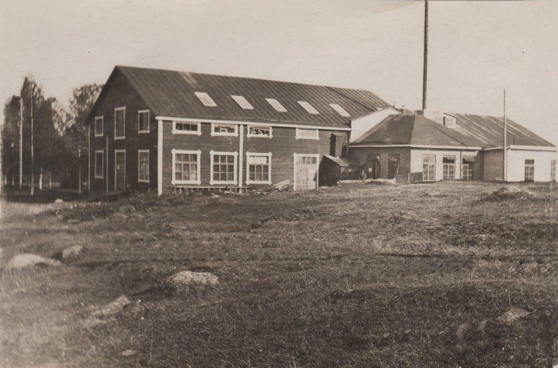 Ab Westas verkade i denna byggnad som ligger mellan Varvsbacken och Badhusparken. Övre våningen förstörde i en brand år 1961 då det fanns en bilverkstad här. I dag verkar stadens sjöfartsmuseum i byggnaden.