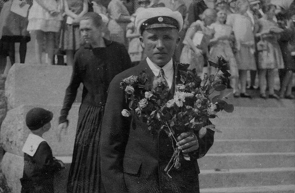Den 26 maj 1928 fick Gunnar sin vita mössa och här står han med blommor på trappan till samskolan där han började i september 1920.