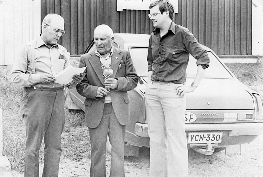 Gunnar var den självskrivna ordföranden för Samarbetsorganet och här står han med klubban i handen utanför ungdomslokalen i Vanhakylä. Till vänster står Matti Kuusimäki från Vanhakylä och till höger står Raimo Henttonen, som representerade fiskelaget i Lappfjärd. Fotot från slutet på 1970-talet.