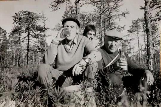 Gunnar rörde sig ofta i naturen och visste var de bästa hjortronställen fanns. Här har han med sig läraren Nils Bergman från Korsbäck och bakom dem sitter Jan Bergman.