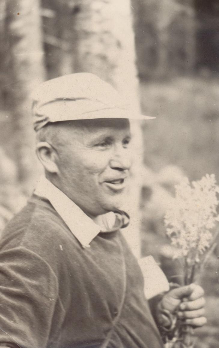 Här Gunnar som lantmätare och han ser ut att ha blivit uppvaktad med blommor. Foto Leif Österblad, Vasa.
