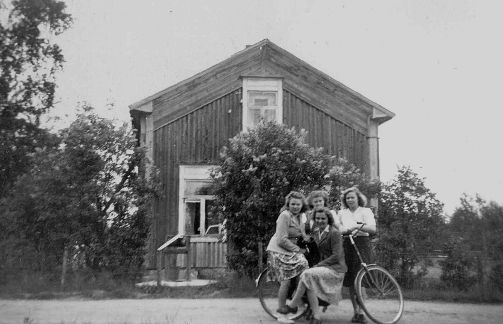 """Under några år på 40-talet var den finskspråkiga folkskolan inrymd i den bondgård som hade tillhört """"Pelas-Viktor"""" men som sedan övertogs av Löfgrens. Lärare här var Ilona, som står där bak i mitten. Hon gifte sig senare med Åke Klemets"""