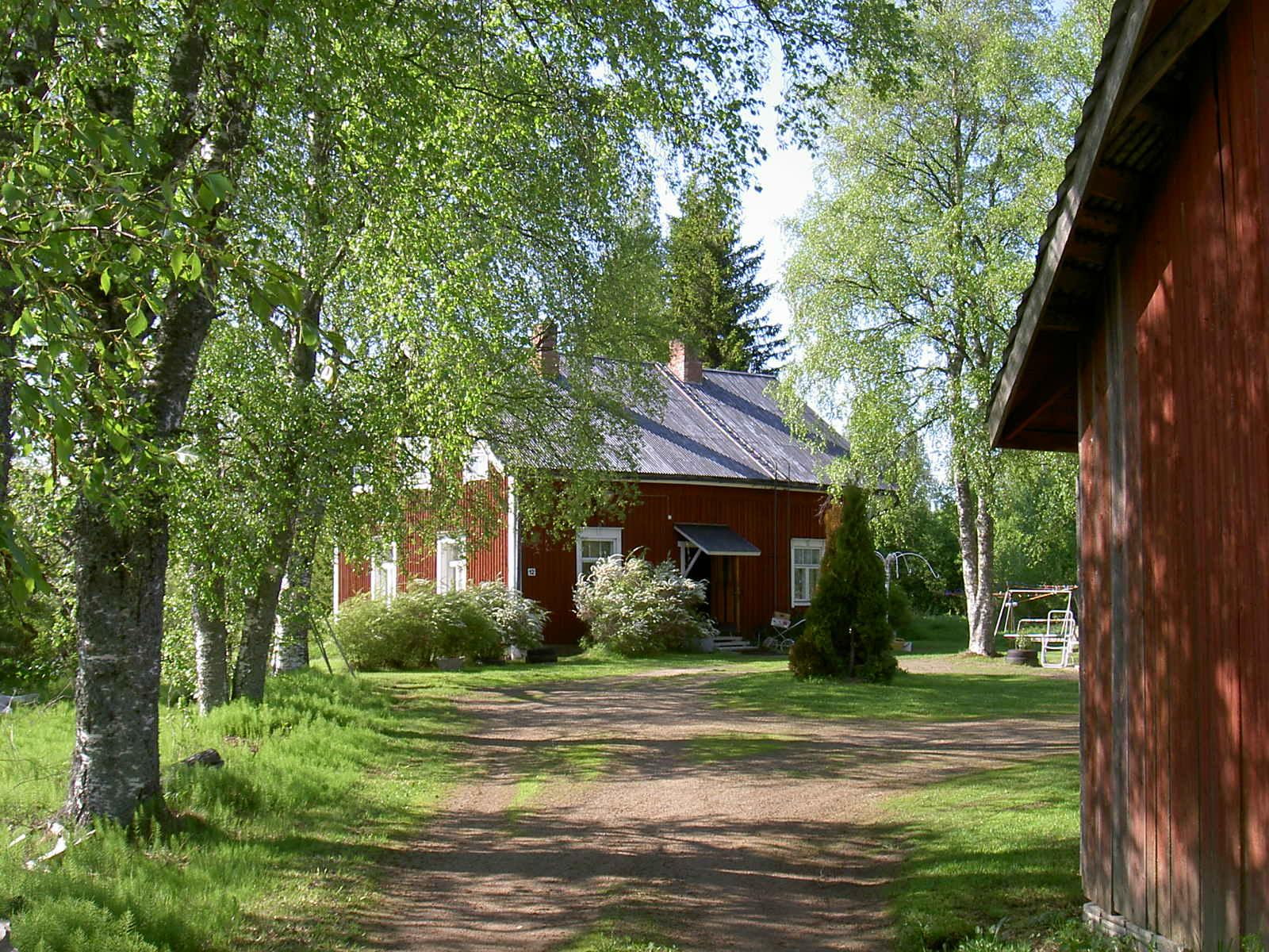 Så här såg den gård ut som Selim Lång byggde i tiderna. Fotot är från 2003 och taget en vacker sommarkväll.