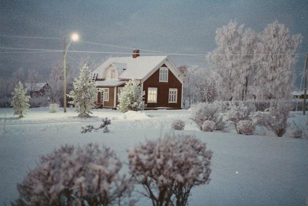 Detta vackra vinterfoto av Nyholms hus är från 1983 och taget av Ralf Nyholm.