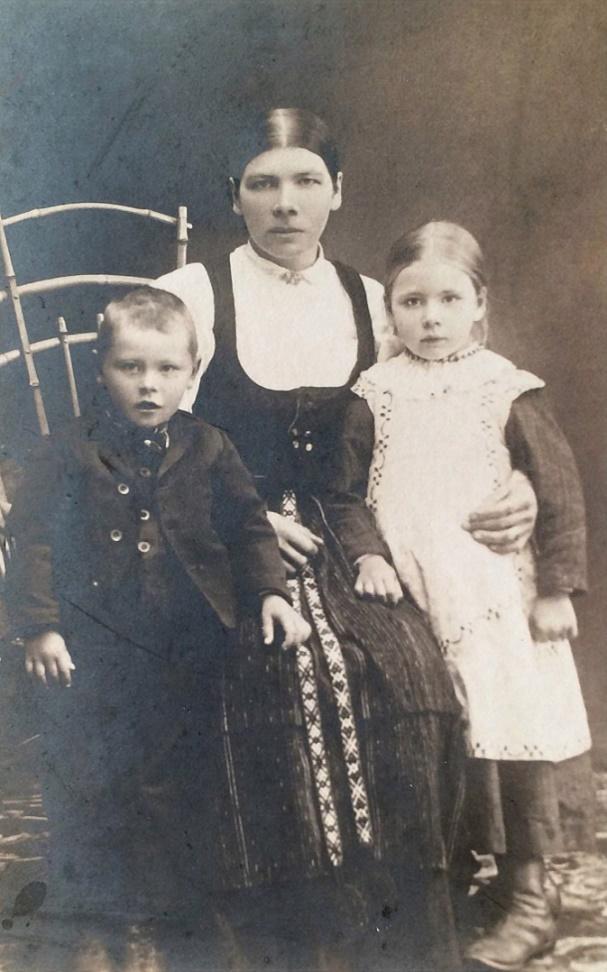 Det här fotot med Maria Lång med barnen Selim och Hulda är från ca 1914.