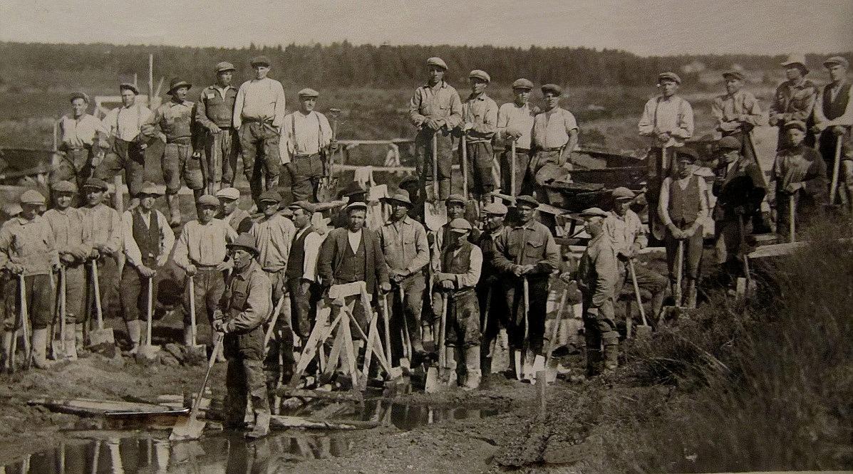 Helga skriver i slutet på sin berättelse att Dagsmark Storsjöträsk nu håller på att dikas ut och torrläggas. På detta foto från mitten av 30-talet tagen av okänd fotograf ser vi arbetarna och en del av deras verktyg. Som synes görs arbetet helt för hand. Fotot lånat av Sven Stenlund.