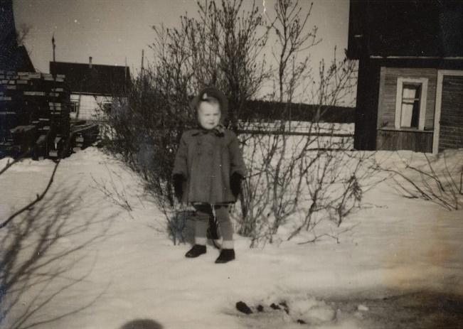 I slutet på 40-talet bodde Agda och Paul Rönnlund i Koll-Minas gamla stuga på Brobackan. Här dottern Lisette (f.1945) och i bakgrunden syns Ragnar Skogmans nybyggda gård. Långs gamla gård stod bakom Lisette och nära landsvägen. Tomten på Brobackan ägs idag av familjen Norrvik och de har där uppfört en gård med 2 lägenheter.