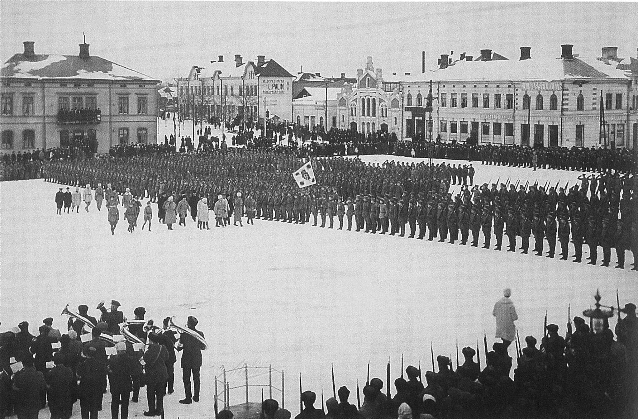 Här granskar Mannerheim de vita trupperna på torget i Vasa i februari 1918.