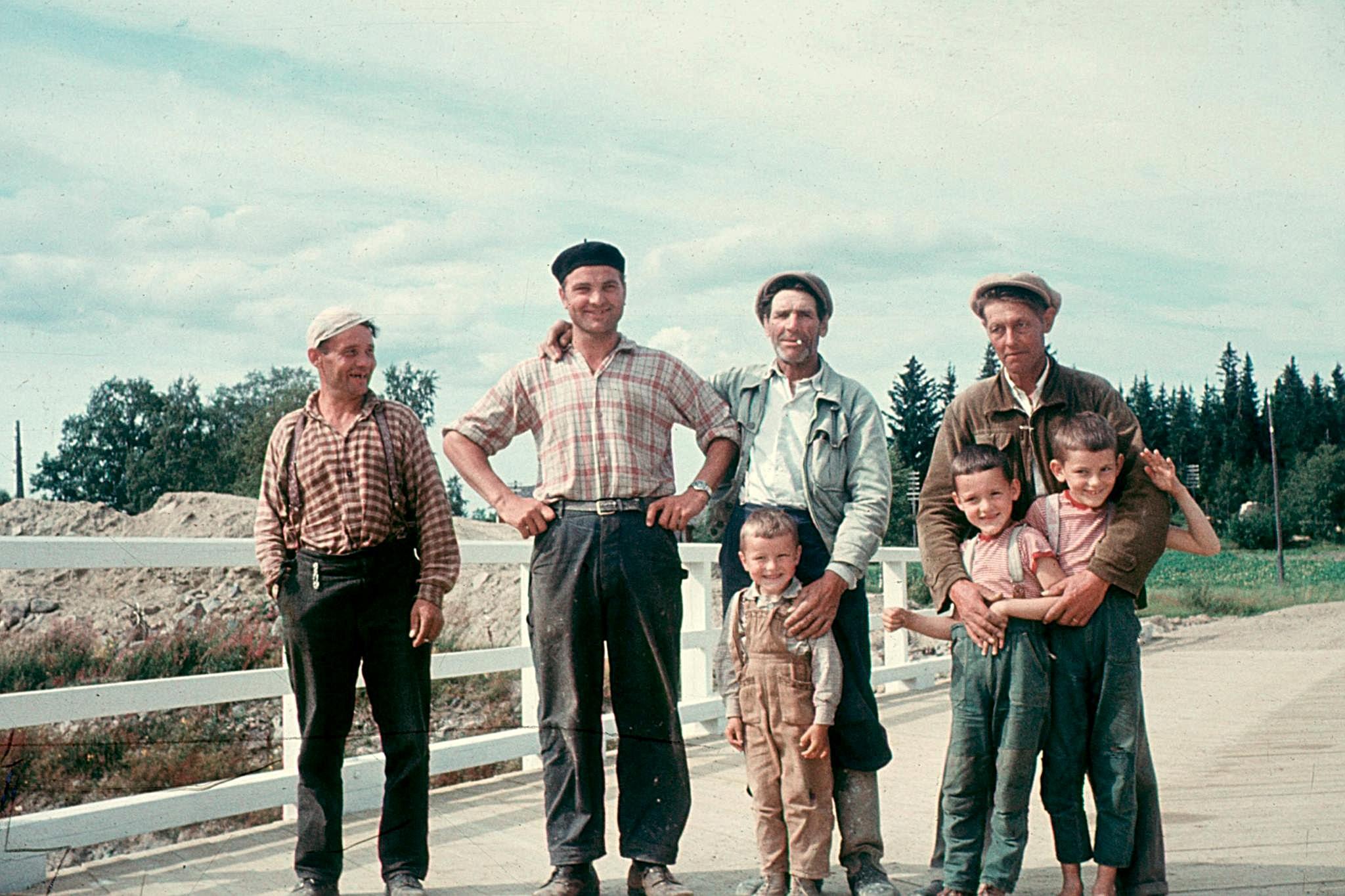 Det var både ortsbor och Storåbor som byggde den nya bron i Korsbäck runt 1957. Fotot är taget av läraren Nils Bergman och hans 3 pojkar är med på fotot.