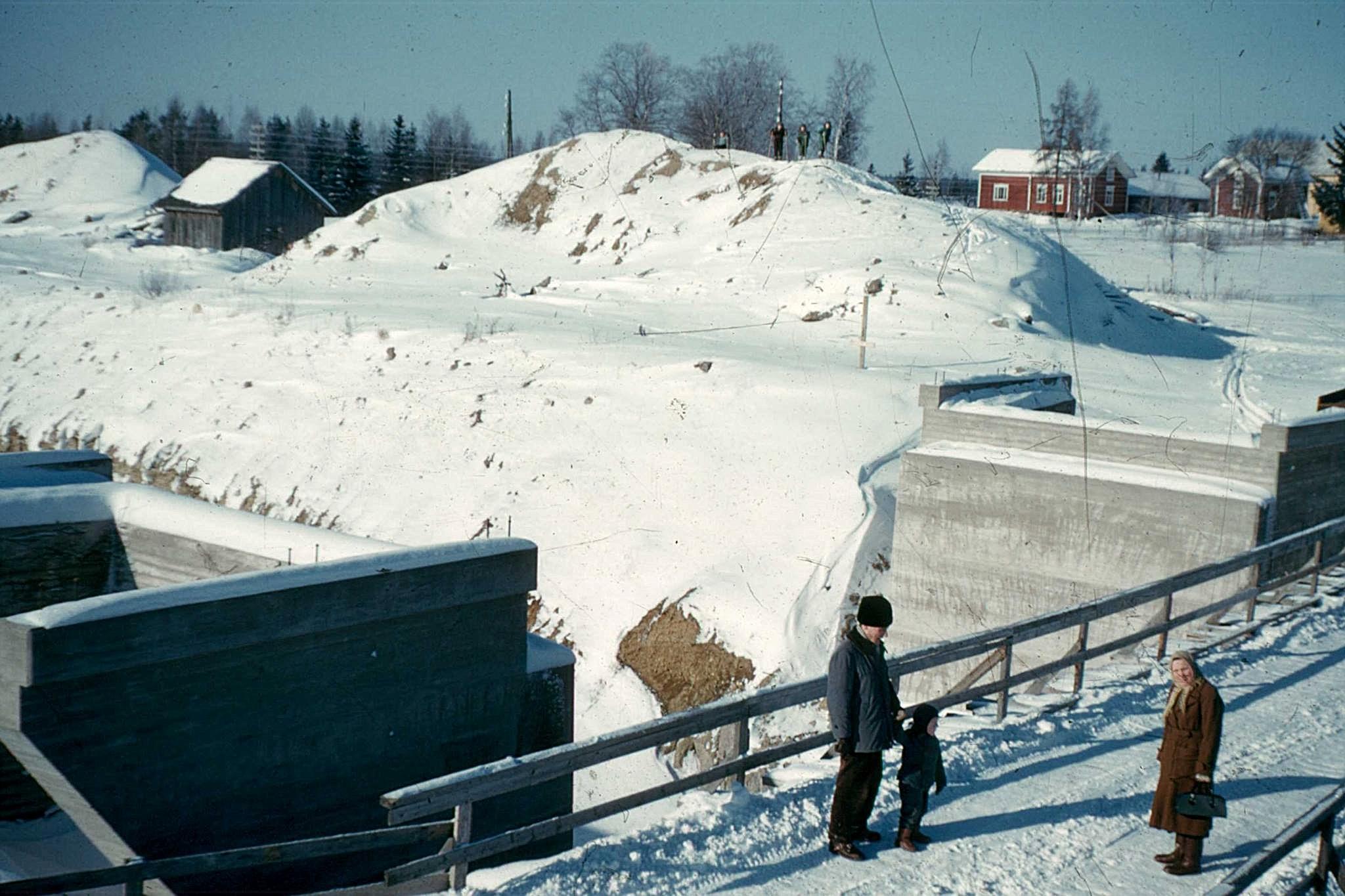 Här är bygget av den nya bron i Korsbäck på gång i mitten på 50-talet. Det lokala likvagnshuset syns till vänster. Fotat taget av Nils Bergman.
