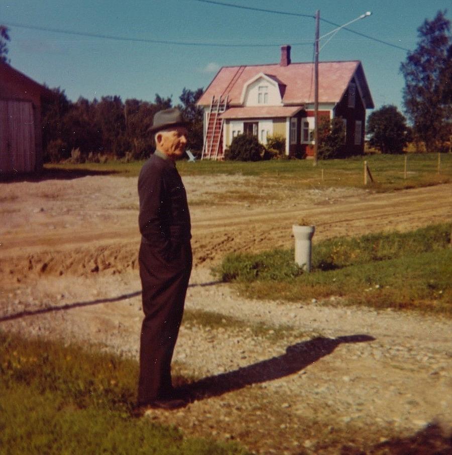 Här Emil Nyholm någon gång på 70-talet med sitt hem i bakgrunden.