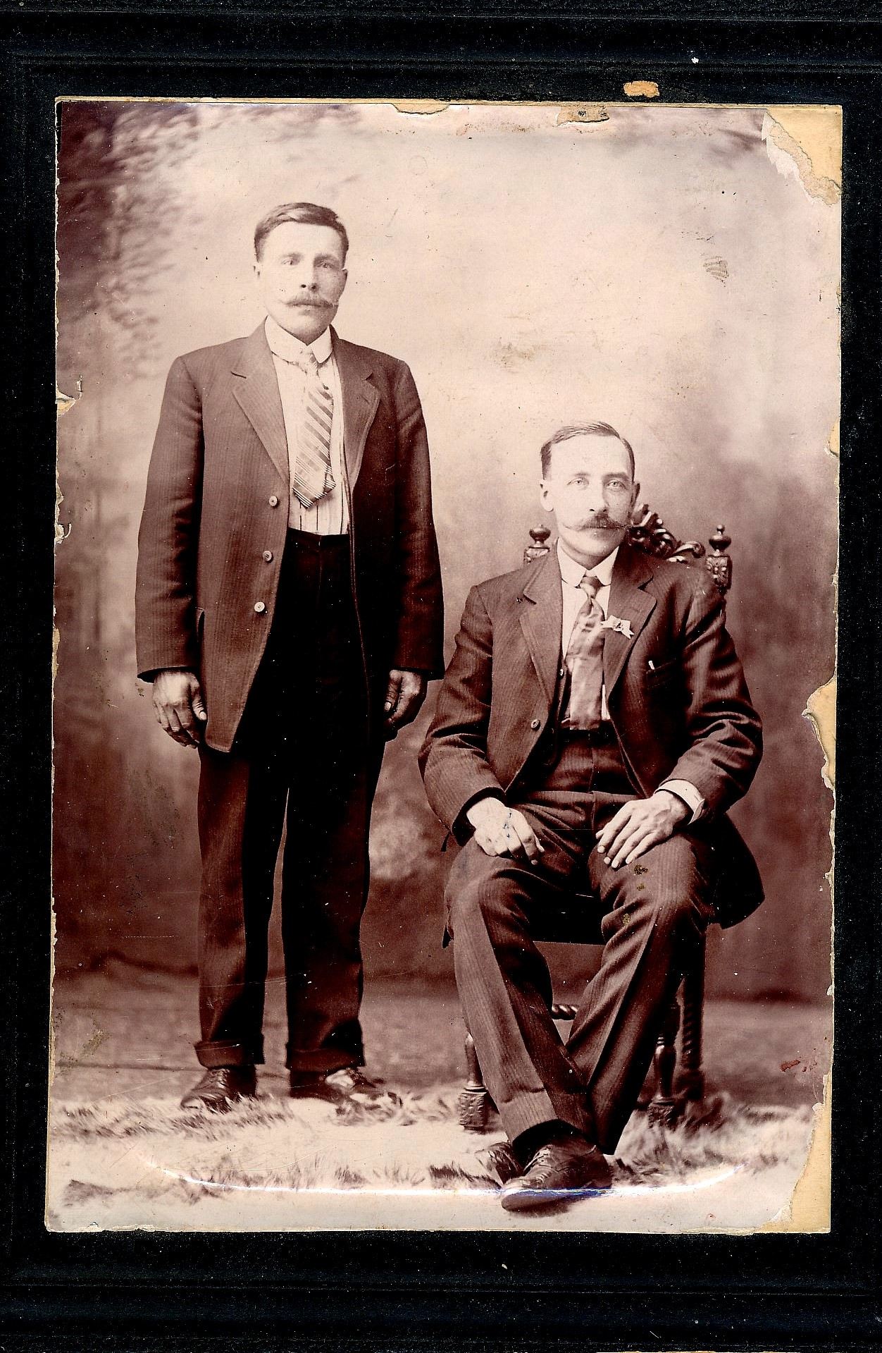 På fotot från Amerika, som Bo-Göran Lindh har lånat står Erik Anders Broberg (1878-1954) och Erland Lindqvist, född Korsbäck (1876-1947) sitter till höger.