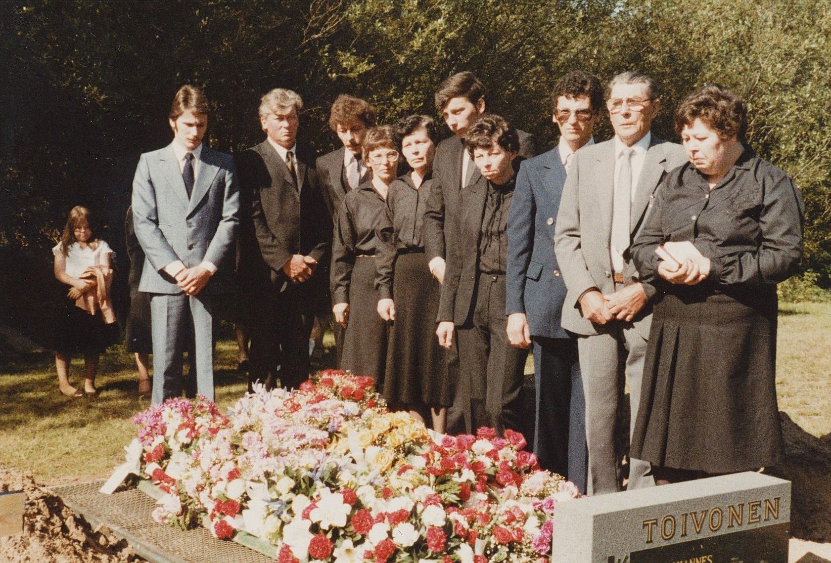 Selim Lång med alla barn vid Taimis begravning 1983.