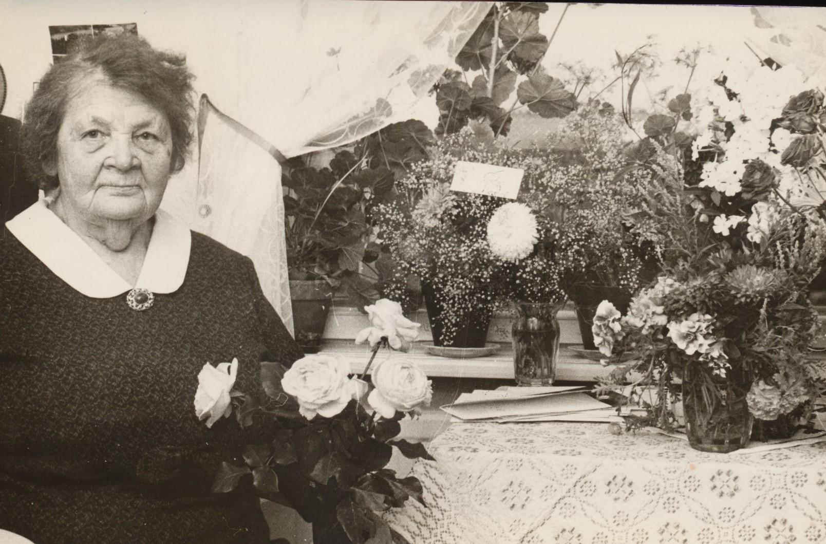 Här Fina Lindfors på sin 80-års dag. Hon var Hulda Nyholms moster och var född i Korsbäck och vistades i Amerika i långa tider.