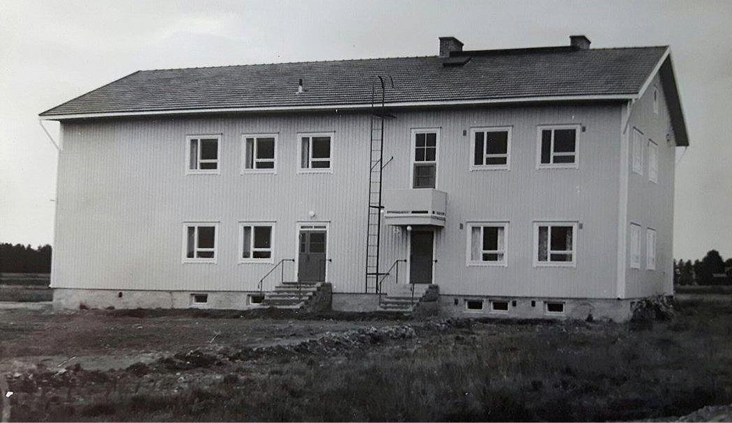 Här den nybyggda finska folkskolan fotograferad på 50-talet från norr.