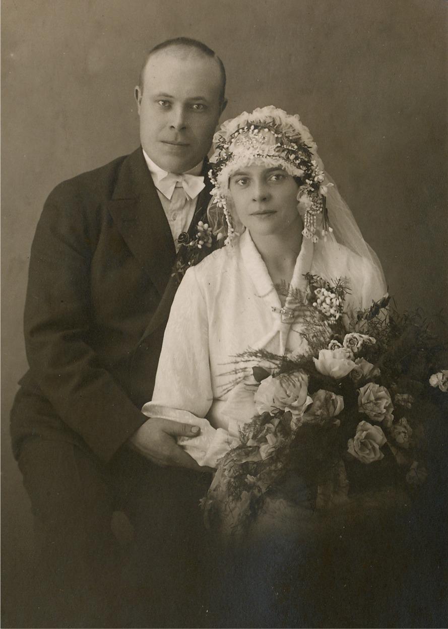 År 1930 gifte sig Erik Anders Brobergs yngre dotter Hilma (1905-1996) med Josef Hansas (1899-1981) från Lålby Notera den vackra huvudbonaden på bruden Hilma.