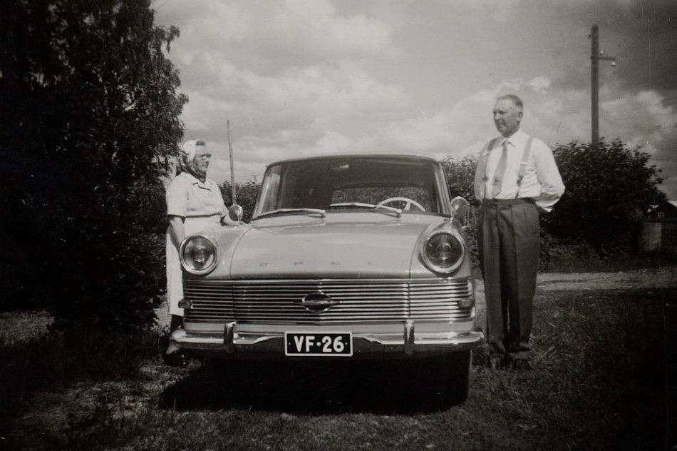 Här Hulda och Emil Nyholm. De ser båda lite stolta ut, så vi kan anta att bilen är helt ny.