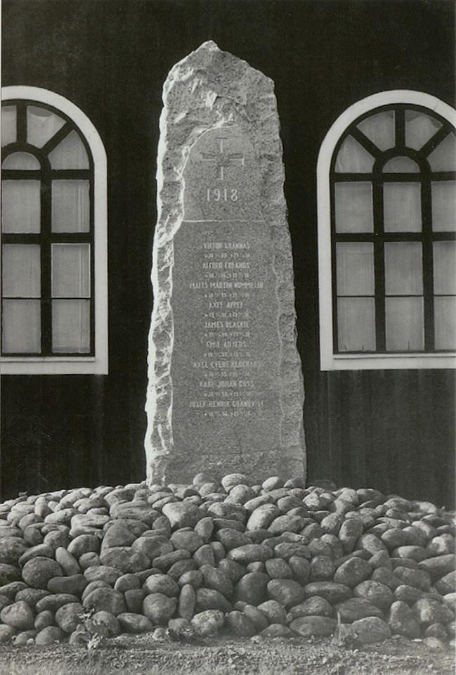 Här minnesmärket utanför Ulrika Eleonorakyrkan över de stupade i striderna i Kristinestad år 1918. Vykort från slutet av 1920-talet av J. M. Rosengren.