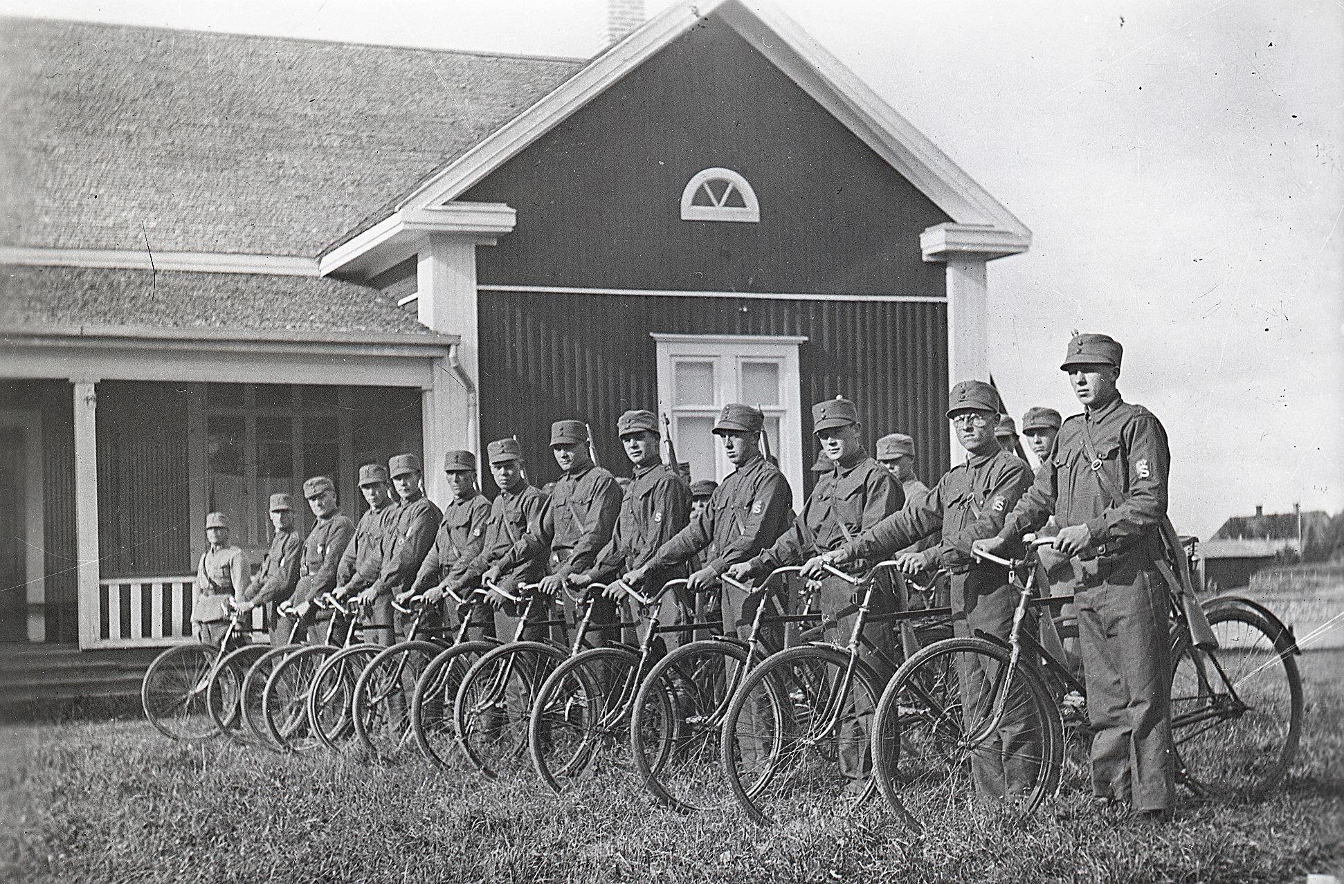 Här skyddskåristerna med velocipeder utanför lokalen i Lappfjärd i början på 1930-talet. Foto Selim Björses, SLS:s arkiv.