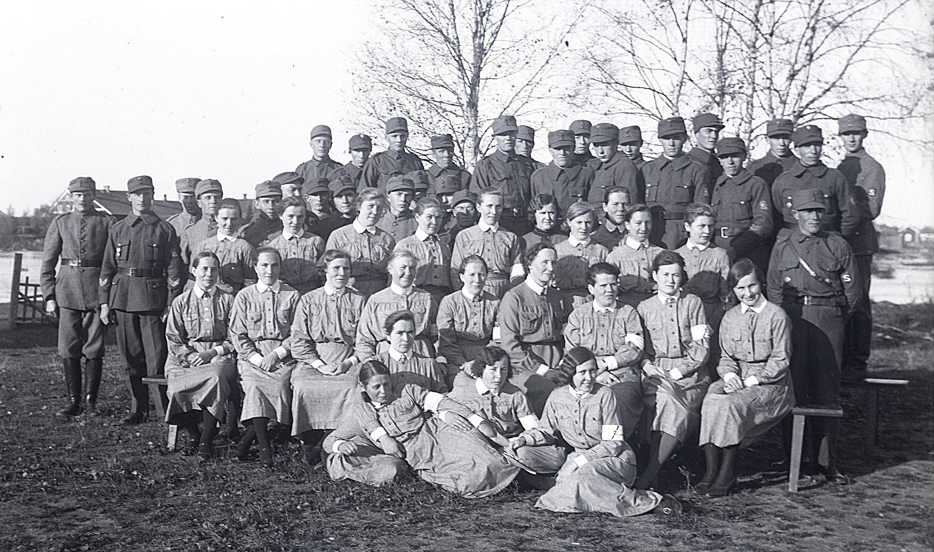 Här har Selim Björses samlat många skyddskårister och lottor på ett och samma foto. Bilden från SLS:s arkiv.