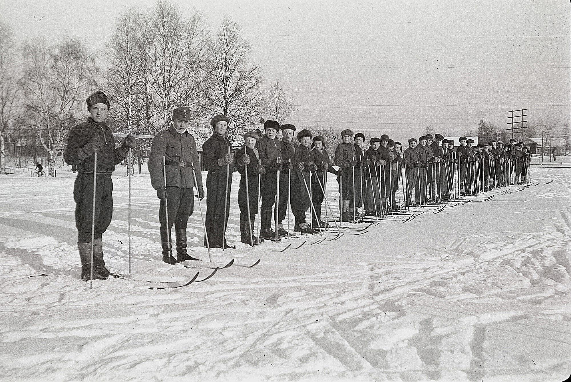 Soldatgossekåren på skidövningar på ungdomsföreningens sportplan. Längst till vänster Åke Ålgars och följande är Torsten Mitts.