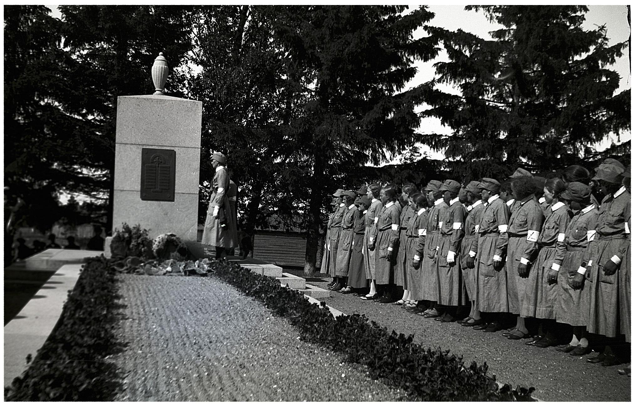 Lottorna uppvaktar vid monumentet över stupade lappfjärdsbor. Selim Björses foto från början av 1940-talet.