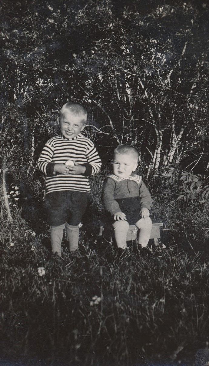 Till vänster står Emil Nyholms son från första giftet. Nils hette han, född 1927 och dog i en olycka på sågen 1935. Det är fortfarande okänt vem den andre är.
