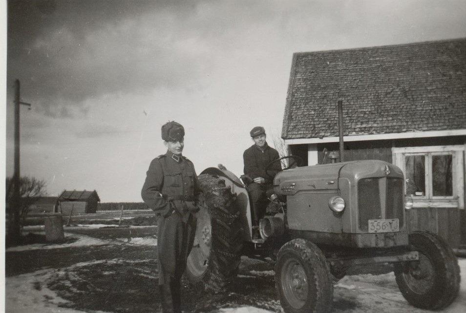 Här soldaten Ralf Nyholm i samspråk med svågern Lars Ålgars, som sitter på traktorn av modell Fordson Major, modell 1957.