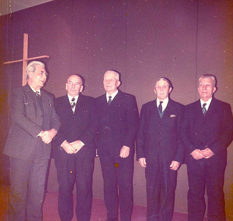 Herrarna Selim Lillkull, Sigurd Löfgren, Emil Nyholm, Otto Björklund och Leander Nyholm på bönehuset i Dagsmark.