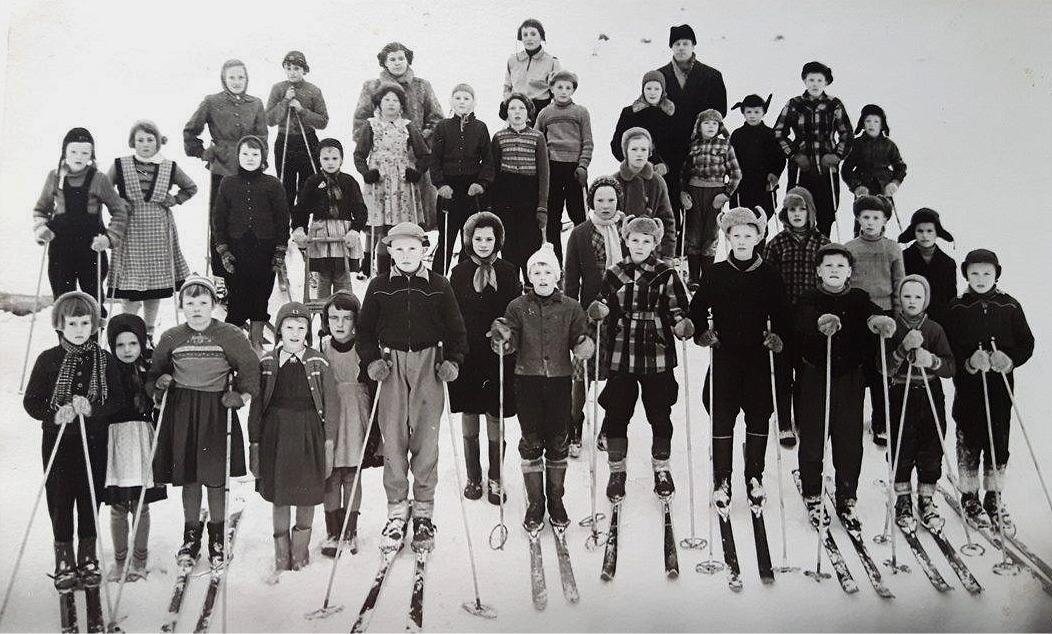 Här har de skidåkande eleverna ställt upp sig för fotografering. Fotot från ca 1957.