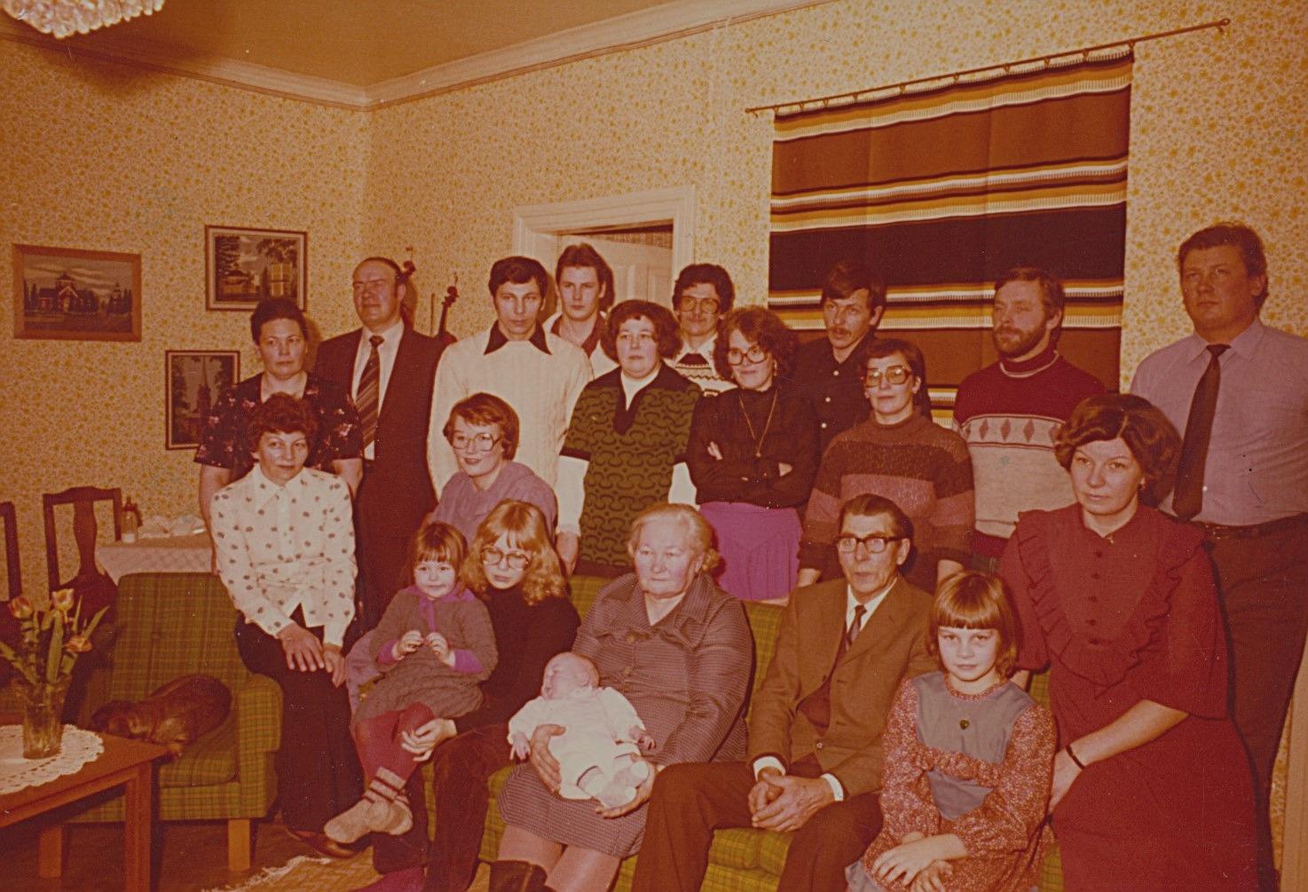 Här Taimi och Selim Lång i soffan, omgiven av barn och barnbarn.