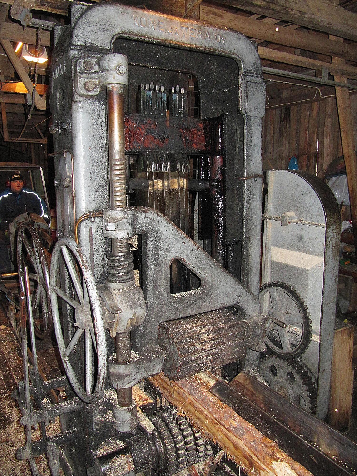Den eldrivna ramen som är tillverkad av Kone ja Terä Oy ser robust ut och verkar att vara outslitlig. Elektriciteten till de större motorerna kommer från ett eget dieselkraftverk, som finns i anslutning till sågbyggnaden.