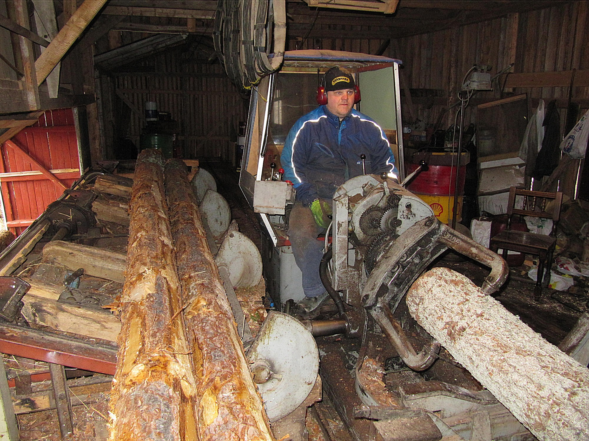 Här ser vi att Mikael är koncentrerad på att få stocken att gå rätt in i ramen, för att få bästa möjliga kvalitet på bräderna och plankorna.