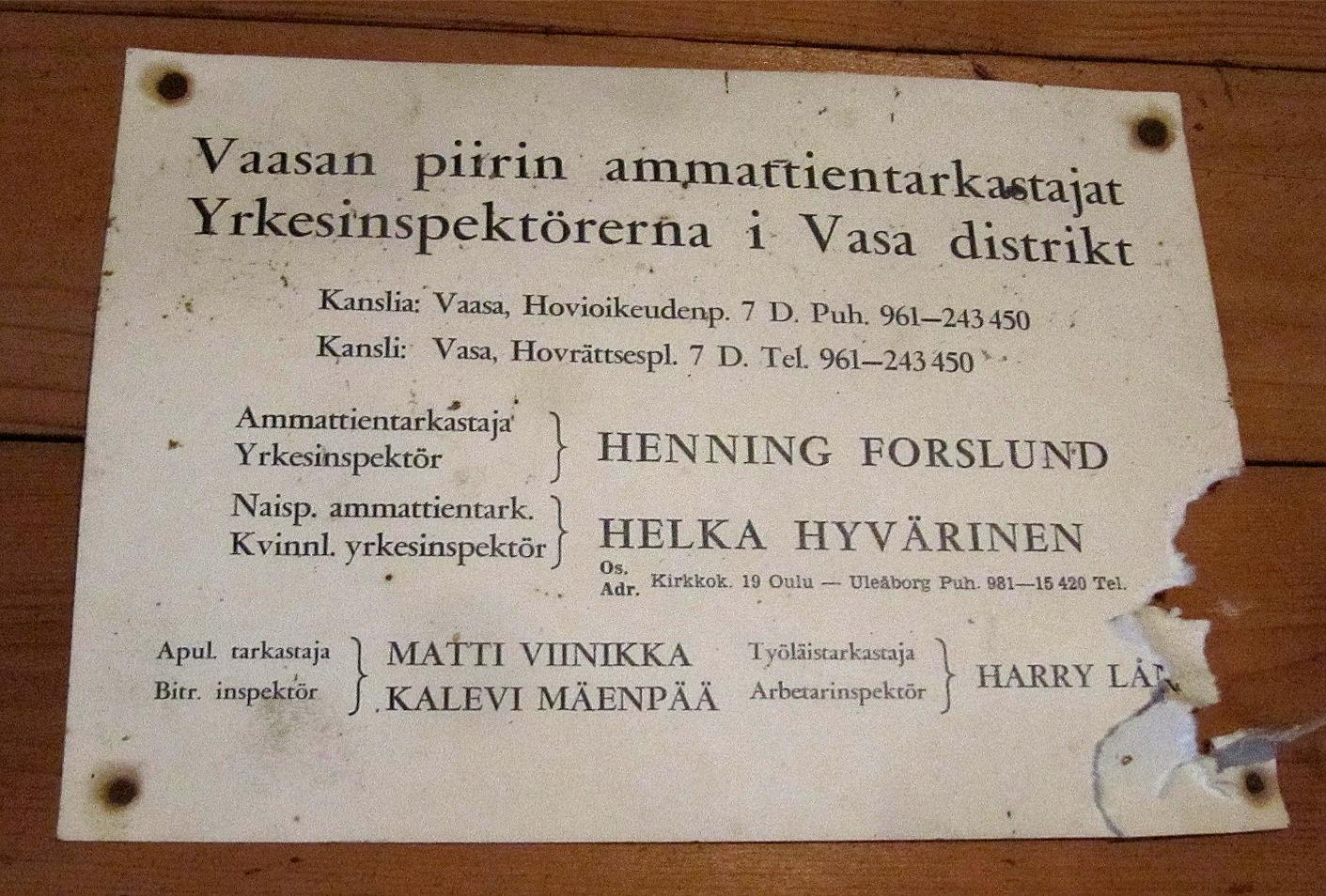 Som sig bör finns det i kafferummet en förteckning på de yrkesinspektörer som finns i Vasa distriktet. Vid behov är det bara att kontakta till exempel Helka Hyvärinen på Kyrkogatan 19 i Uleåborg.