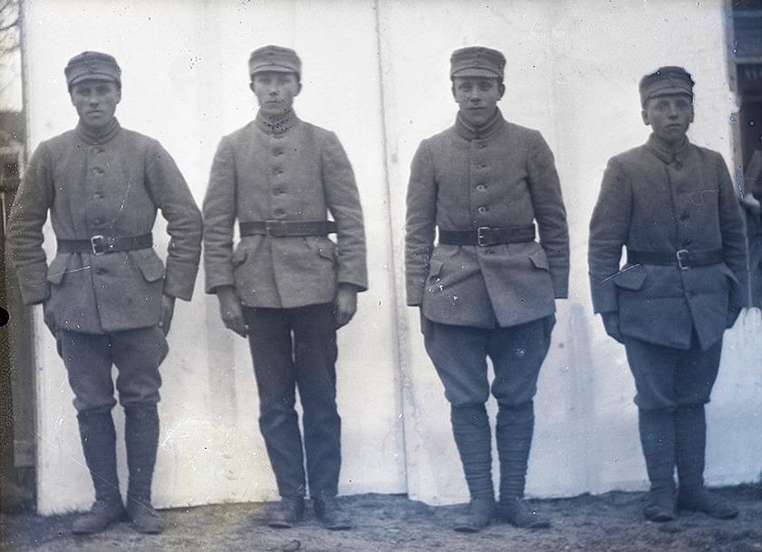 Skyddskårister uppställda för fotografering. Till höger står Frans Storkull, de andra är tillsvidare okända. Fotot: SLS:s arkiv, Viktor Nylund.