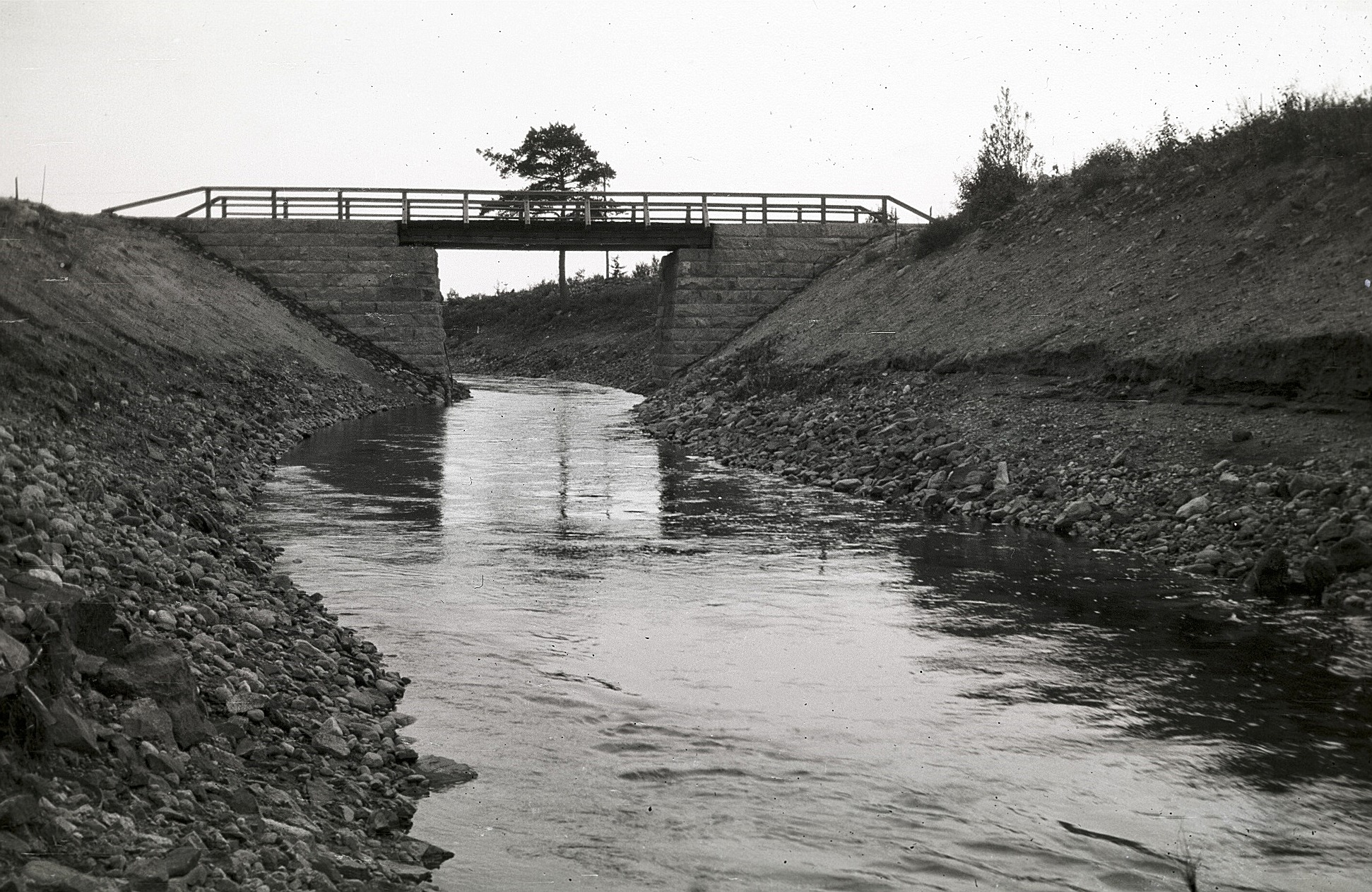 Det var en ståtlig stenbro som byggdes över den nygrävda Lillån någon gång på 30-talet. Bron låg nedanför Lindhs gård, alltså lite uppströms från den nuvarande bron. Foto Selim Björses.