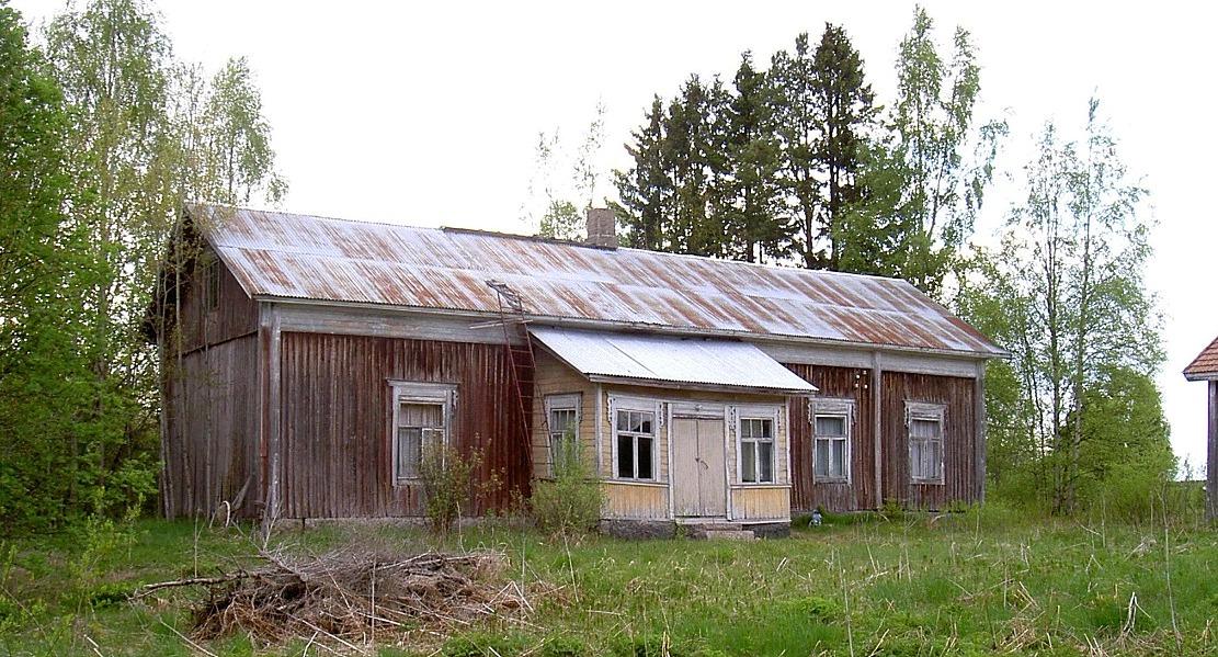 Den här präktiga bondgården som fotograferades år 2003 från söder stod tidigare i Ömossa.