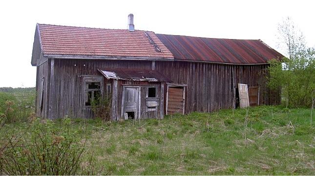 Uthuset som stod längs Lillsjövägen, här fotograferat 2003 från gårdssidan, är numera rivet.