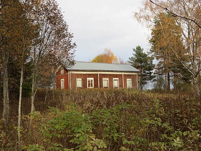 Nyholms gård är vackert belägen med Lillån rinnande nedanför gården.