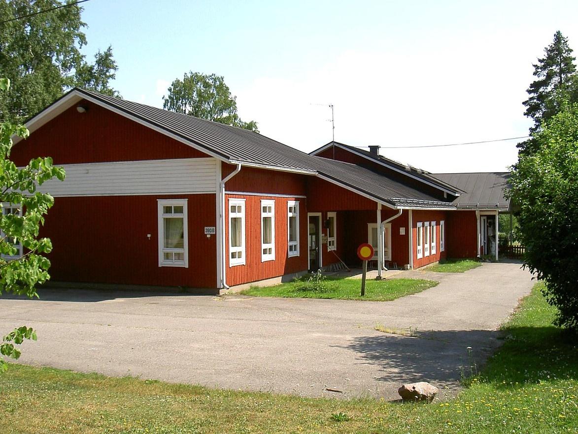 Byggmästare E. Hanses byggde detta hus 1987, som inrymde bibliotek, rådgivning och daghem.