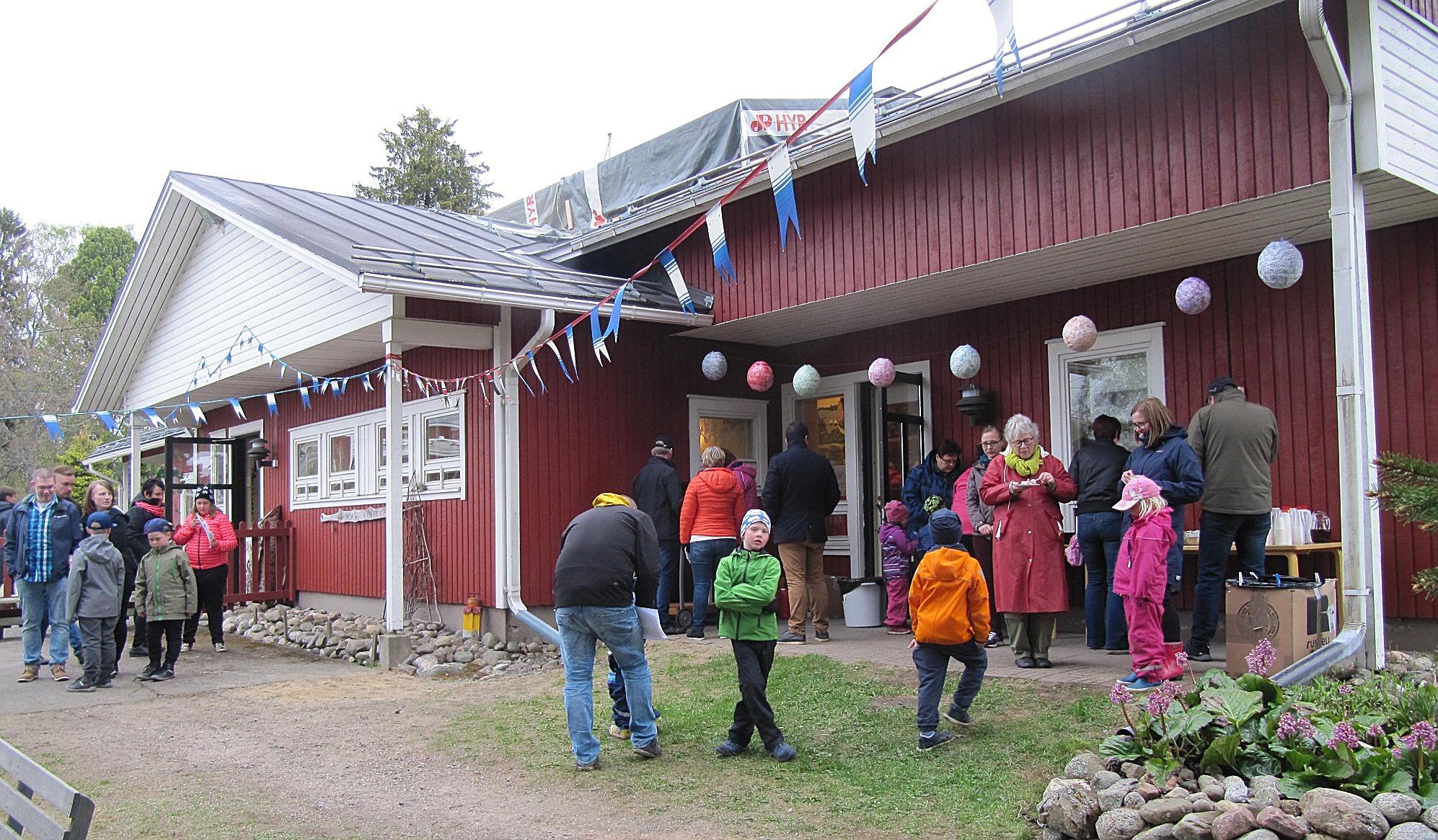 Cirka 150 besökare kom till 30-årsfesten för att äta tårta och dricka kaffe. Korvgrillen var i gång hela kvällen och åtgången var god.