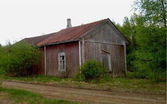 Uthuset som stod nära Lillsjövägen fotograferat från norr år 2003.