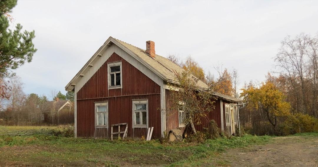 Karl Henrik Westerbacks hus hösten 2013. Till vänster skymtar Emil Nyholm gård.