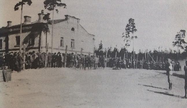 Till och med överbefälhavaren Mannerheim tyckte att förhållandena för de tillfångatagna rödgardisterna inte var tillräckligt bra då han i juni 1918 inspekterade lägret i Dragsvik.