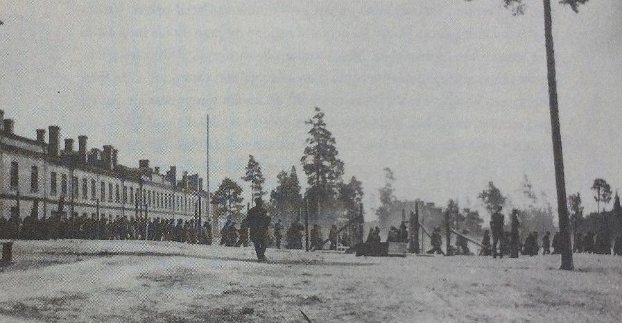 Den 6 april intog de tyska trupperna Dragsvik garnision utanför Ekenäs, som under tid varit i rödgardisternas händer. De vita trupperna började direkt internera tillfångatagna rödgardister här och som mest fanns det 9 000 här, i början på juli 1918. I september 1918 fanns det runt 2 000 kvar.