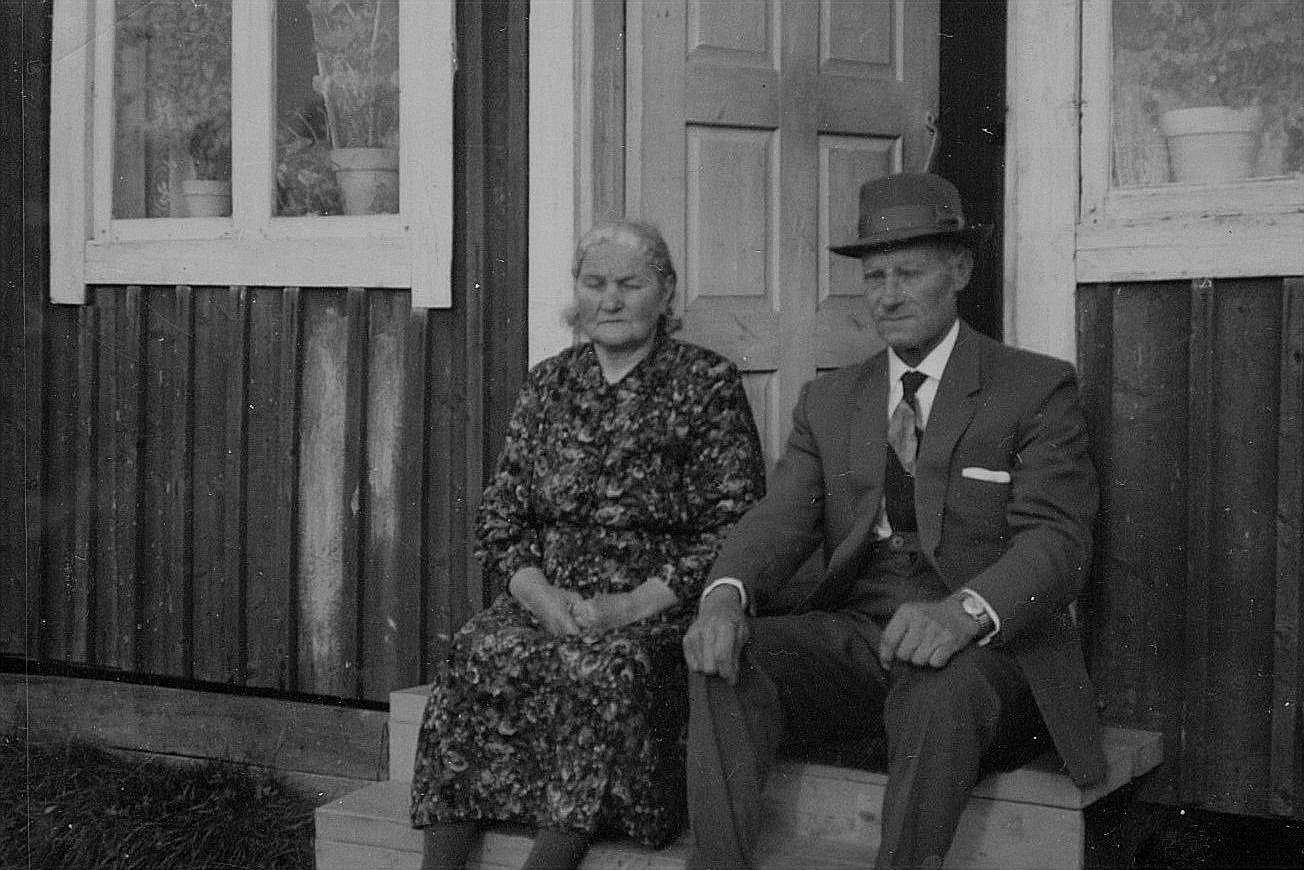 Hilma och Karl Henrik Westerback på trappan.